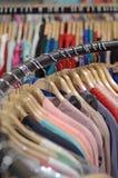 Vêtements dans les magasins photos libres de droits