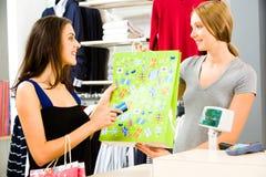 Vêtements de achat Photographie stock libre de droits