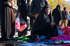 Vêtements de achat de femme irakienne avec un costume traditionnel Image stock