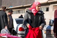 Vêtements de achat de femme irakienne portant un Hijab islamique Photographie stock libre de droits