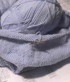 Vêtements de bébé de tricotage. Photo stock