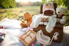 Vêtements de bébé et jouets mous Photos stock