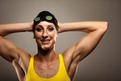Vêtements de bain sains de femme de forme physique en concurrence Image libre de droits