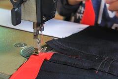 Vêtements de couture de femme avec la machine à coudre Photographie stock libre de droits