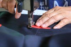 Vêtements de couture de femme avec la machine à coudre Images stock