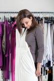 Vêtements de essayage de jeune femme Image stock