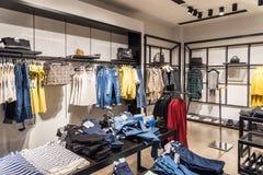 Vêtements de femme dans le magasin de centre commercial à l'intérieur Photographie stock libre de droits
