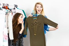 Vêtements de femmes faisant des emplettes choisissant la robe Photographie stock libre de droits