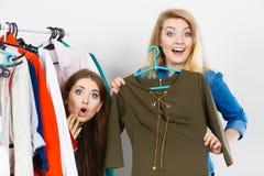 Vêtements de femmes faisant des emplettes choisissant la robe Photos stock
