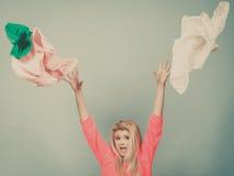 Vêtements de lancement choqués de femme au-dessus de tête Image stock