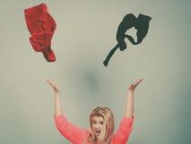 Vêtements de lancement choqués de femme au-dessus de tête Images stock