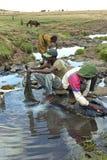Vêtements de lavage d'Ethiopians dans un courant courant Images libres de droits