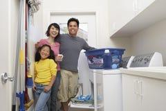 Vêtements de lavage de famille ensemble photographie stock libre de droits