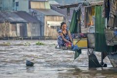 Vêtements de lavage de femme dans le fleuve de mekong Photos stock