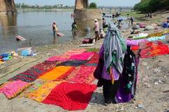 Vêtements de lavage de personnes à Âgrâ, Inde Photos stock