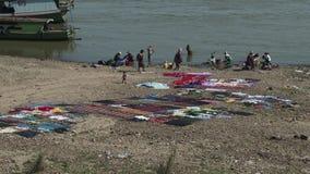 Vêtements de lavage de personnes en rivière de te, Mandalay, Myanmar banque de vidéos