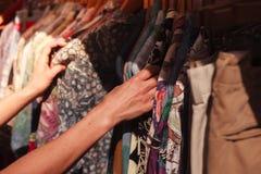 Vêtements de lecture rapide de femme au marché image stock