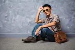 Vêtements de mode asiatiques de hippie d'homme photographie stock