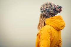 Vêtements de mode de port de chapeau d'hiver de jeune femme Photos stock