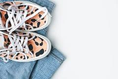 Vêtements de mode Espadrilles et jeans Photographie stock