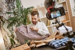 Vêtements de mode Portrait de nouveau contenu visuel d'enregistrement masculin barbu de blogger au sujet des vêtements élégants p photographie stock