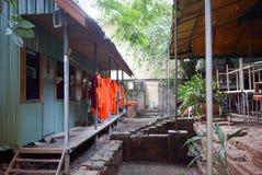 Vêtements de moines séchant la maison extérieure Image stock
