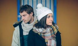 Vêtements de port d'hiver de couples se tenant et regardant Photographie stock