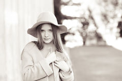 Vêtements de port d'hiver de fille de l'adolescence Photo stock