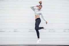 Vêtements de port de mode de fille sportive de forme physique Photographie stock libre de droits