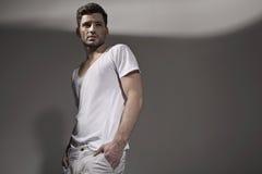 Vêtements de port de ressort d'homme bel musculaire Photographie stock libre de droits