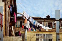 Vêtements de séchage sur le balcon Photographie stock libre de droits