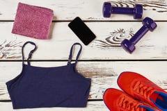 Vêtements de sport, équipement et téléphone intelligent Photo libre de droits