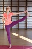 Vêtements de sport blancs de port de jeune jolie femme calme établissant, faisant l'exercice de yoga ou de pilates D'isolement su image libre de droits