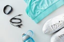 Vêtements de sport, bracelet, écouteurs et ensemble de bouteille Photographie stock