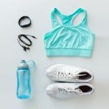 Vêtements de sport, bracelet, écouteurs et ensemble de bouteille Photo stock