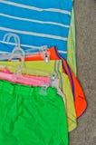 Vêtements de sport de femmes sur le tapis Photos libres de droits