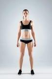 Vêtements de sport de port de femme sûre Photos stock