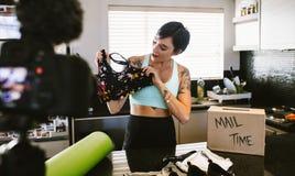 Vêtements de sport de révision de blogger visuel de femme photo stock