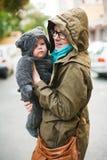 Vêtements drôles de bébé photo libre de droits