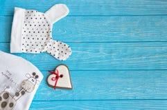 Vêtements du ` s d'enfants et coeur de pain d'épice sur un fond en bois bleu L'inscription mon nom est L'espace libre Image libre de droits