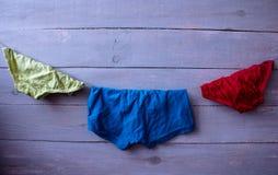 Vêtements du ` s d'enfants sur une corde Photographie stock libre de droits