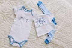 Vêtements du ` s de bébé sur le fond blanc Bébé de attente Vêtements pour nouveau-né sur un fond en pastel image stock