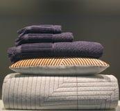 Vêtements empilés de lit Photo libre de droits