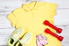 Vêtements et équipement de sport sur le fond en bois Photos stock