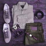 Vêtements et accessoires de hippie sur un fond en bois Image libre de droits