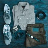 Vêtements et accessoires de hippie sur un fond en bois Photographie stock