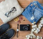 Vêtements et appareil-photo sur un fond en bois Photos stock
