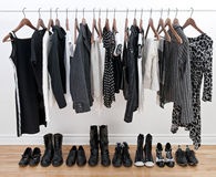 Vêtements et chaussures noirs et blancs femelles Images libres de droits