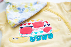 Vêtements et jouets de bébé Photos stock