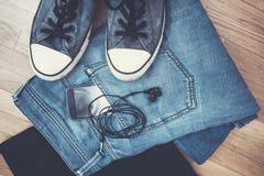 Vêtements et smartphone d'hommes Images libres de droits